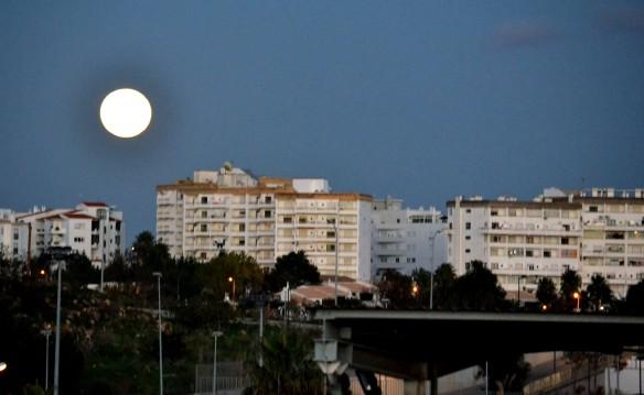 Månen stiger i Albufeira och kl är 19,30