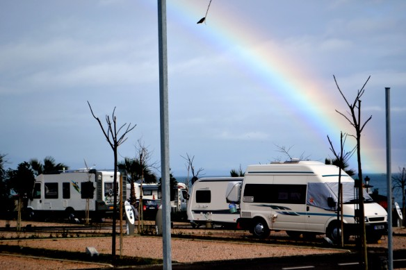 En fin camping med regnbåge