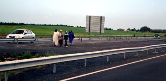 Kvinnor utmed motorvägen.......