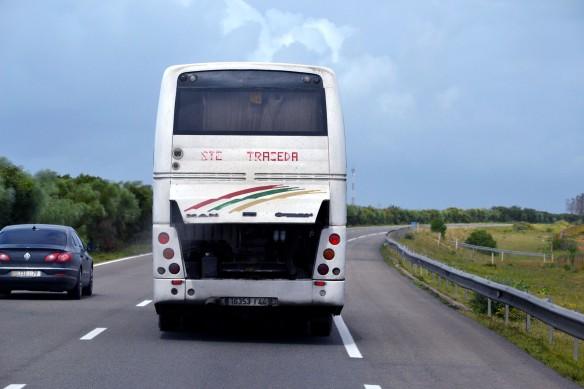 Buss med öppen motorhuv