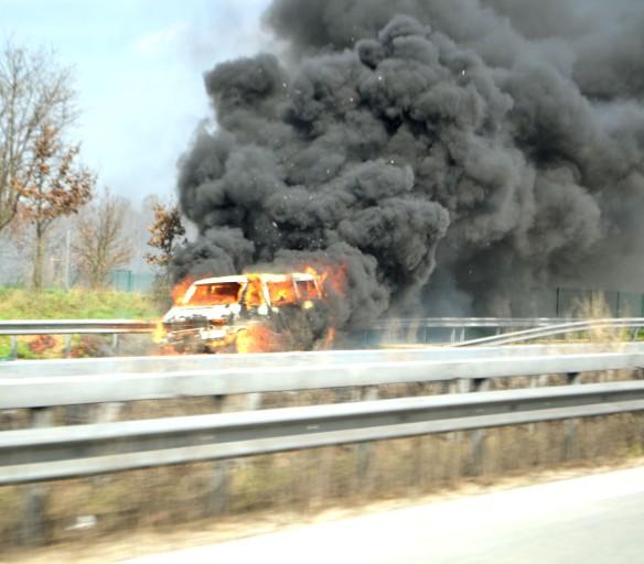 En bil brinner på Autobaun