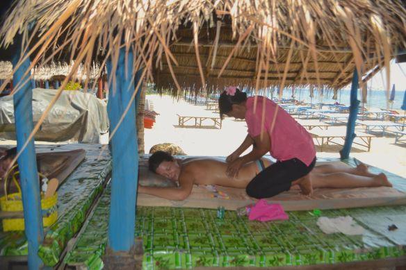 Hanna får massage