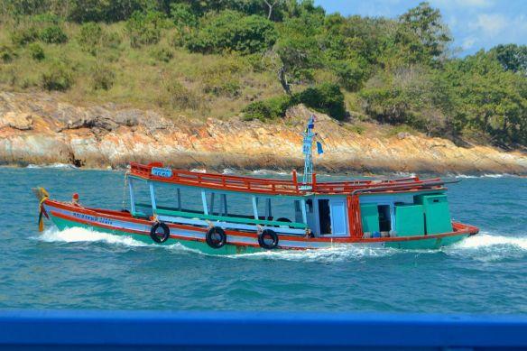 Röd båt på havet