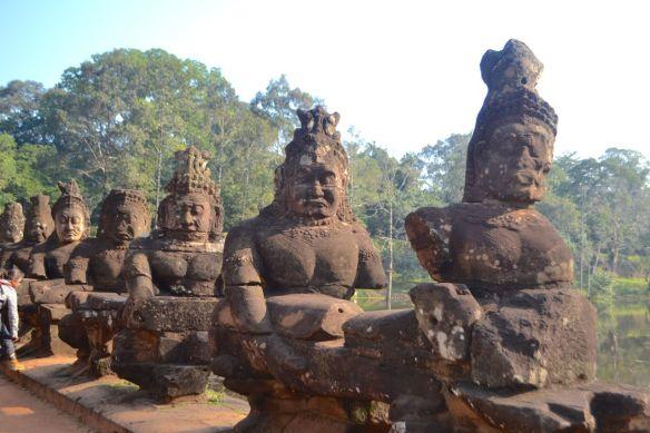 Stenfigurer på väg in till Tampron