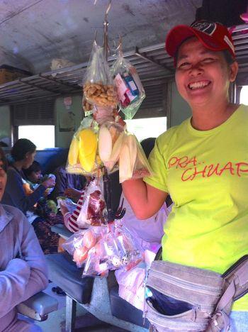 Glad försäljerska på tåget