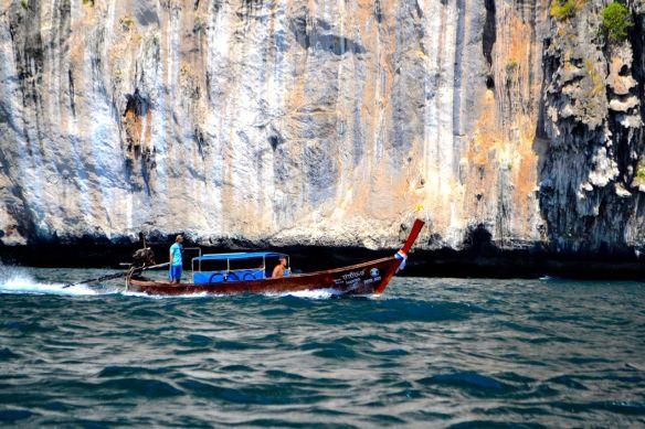 Båt med bergsformationer