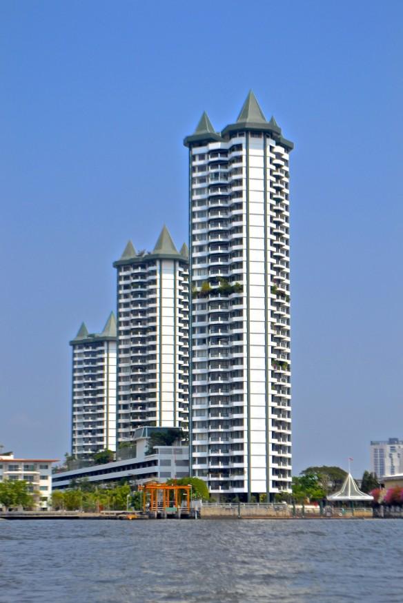 3 höghus med toppar