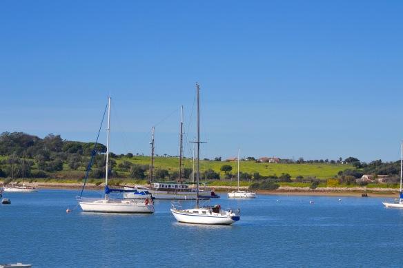 Två segelbåtar i Alvor