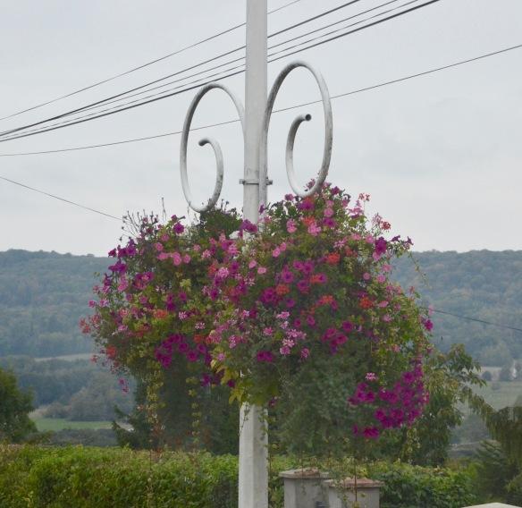 Blommor på stolpe