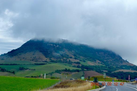Moln över kullen