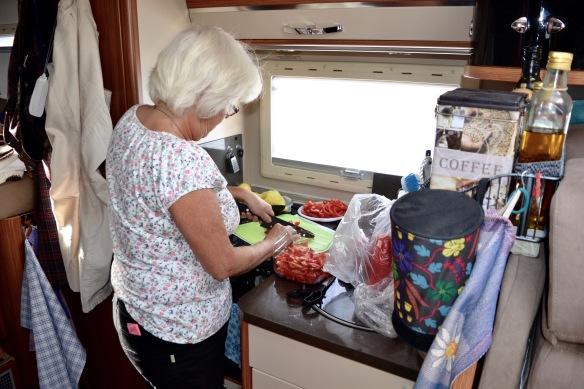 Rigmor hackar grönsaker