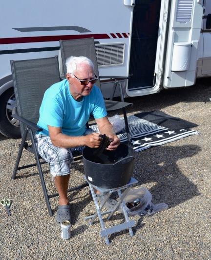 Rolf tvättar musslor